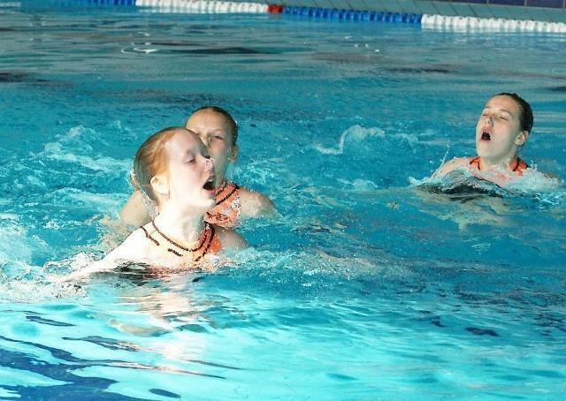 """Dzieciaki i młodzież popływają w """"Delfinie"""" tylko za złotówkę"""