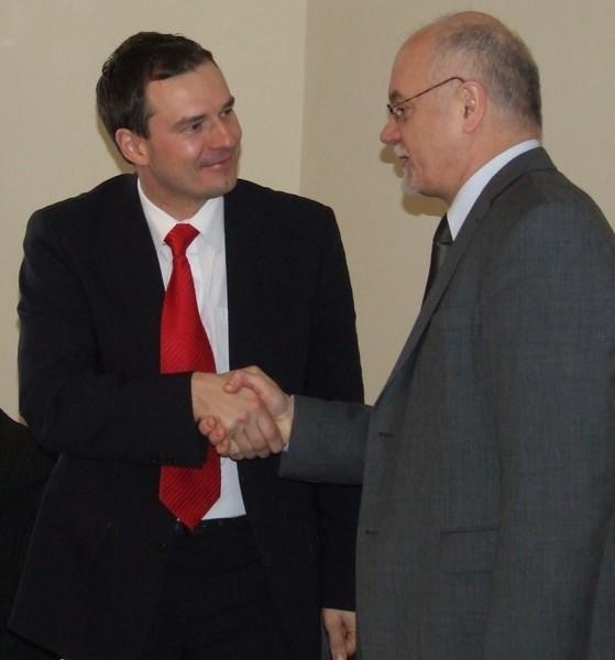 Rektor prof. Eugeniusz Józefowski (z prawej) dziękował wczoraj wicemarszałkowi woj. dolnośląskiego Piotrowi Borysowi za przyznanie kilkumilionowej dotacji dla PWSZ