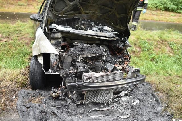 Do czołowego zderzenia doszło w poniedziałek późnym popołudniem na drodze Jezierzyce Kościele - Włoszakowice. Jedno z aut stanęło w ogniu. Trzy osoby zostały poszkodowane, w tym nastolatka. Droga została całkowicie zablokowana.Kolejne zdjęcie -->