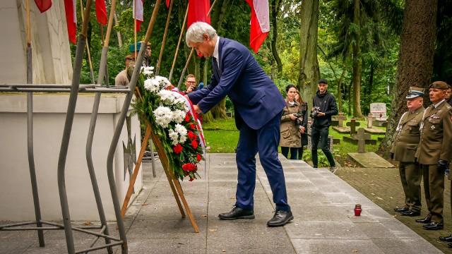 Wojewoda podlaski Bohdan Paszkowski uczcił pamięć w 82. rocznicę wybuchu II wojny światowej. W towarzystwie służb mundurowych złożył kwiaty przy Pomniku Żołnierzy Polskich na cmentarzu wojskowym przy ul. 11 Listopada w Białymstoku.