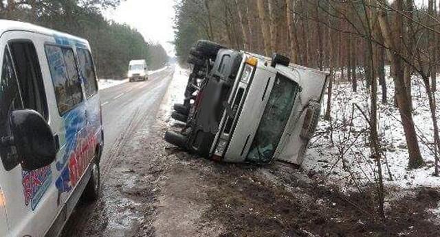 Ciężarowe iveco wpadło w poślizg i wypadło z drogi. Samochód po wjechaniu do rowu przewrócił się na bok. Na szczęście kierowcy nic się nie stało.