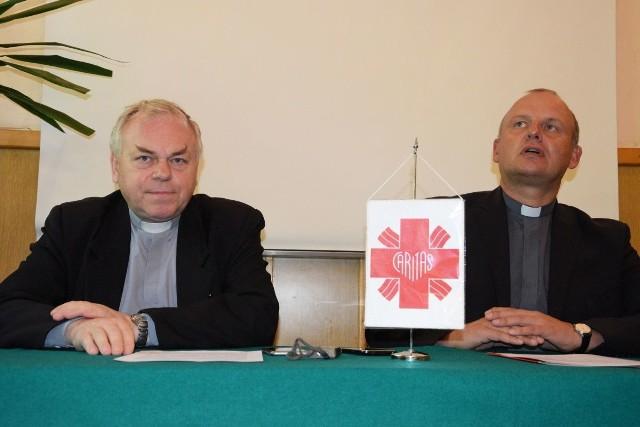O wakacyjnej akcji Caritas mówili na konferencji prasowej dyrektor - ksiądz Stanisław Słowik (z lewej) i zastępca dyrektora - ksiądz Krzysztof Banasik.