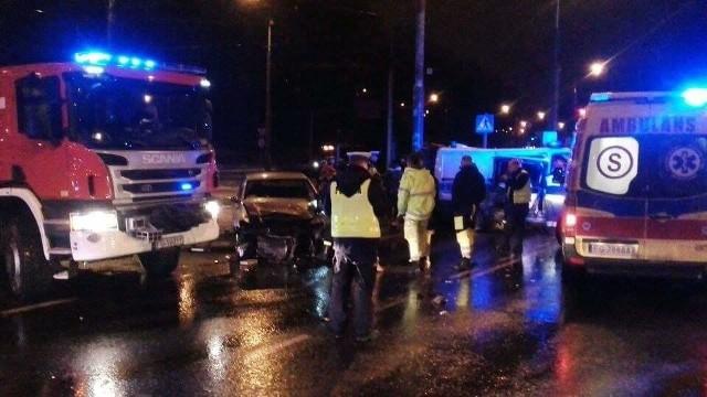 Osobowy fiat uderzył w policyjną furgonetkę na Rondzie Solidarności w Gorzowie. Siła uderzenia była duża, radiowóz zatrzymał się na betonowym słupie. Dwie osoby trafiły do szpitala.Do zderzenia doszło w piątek, 13 stycznia, na Rondzie Solidarności w Gorzowie. Policyjne auto jechało na sygnałach, w bok radiowozu uderzył fiat. Policjanci ustalą, jak doszło do tej kraksy. - Na miejsce przyjechały karetki pogotowia. Dwie osoby zabrano do szpitala. Był wśród nich policjant. Uszkodzenia obu aut są duże, radiowóz ma mocno rozbity bok i tylną część auta - mówi nam Tomasz, który był na miejscu zdarzenia niedługo po tym, jak do niego doszło.Na miejscu są też policjanci. To oni ustalą dokładny przebieg zdarzenia. Mundurowi będą też ustalać, czy fiat mógł wjechać na skrzyżowanie, i czy radiowóz jechał na sygnałach.Zobacz też powiązane tematycznie wideo. Wypadek na moście we Włocławku. Pijany kierowca uderzył w radiowózZobacz też:  Dwa śmiertelne wypadki w Gorzowie. Policja prosi o pomoc