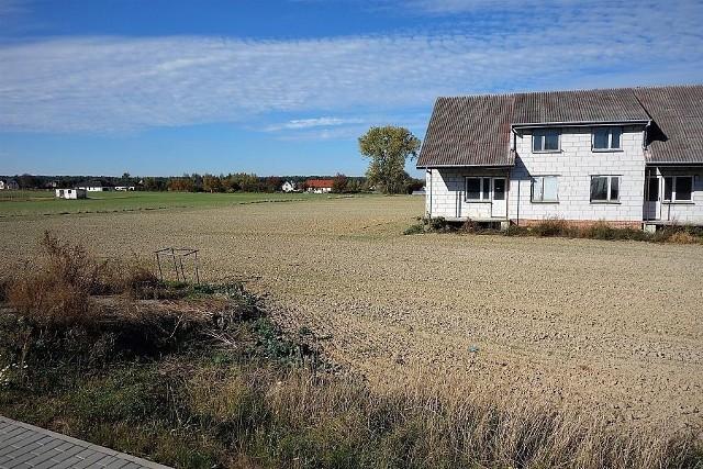 Działka w całości ma wymiary ok. 50x160 m oraz powierzchnię 9124 mkw., w tym 1300 mkw. to grunty rolne zabudowane. Na działce stoi dom - pół bliźniaka o powierzchni ok. 100 mkw. w stanie surowym zamkniętym. Działka jest świetnie skomunikowana z Lublinem oraz obwodnicą, leży w pierwszym pasie zabudowy przy drodze wojewódzkiej.