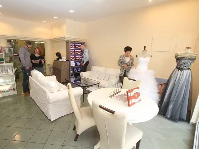 Ślubne ABC pod jednym dachem. W Kielcach trzy znane firmy stworzyły jedno duże centrumW przestronnych wnętrzach Centrum Ślubnego i Okolicznościowego wybierzemy nie tylko suknię, obrączki, ale też zaproszenia i wiele innych niezbędnych drobiazgów.