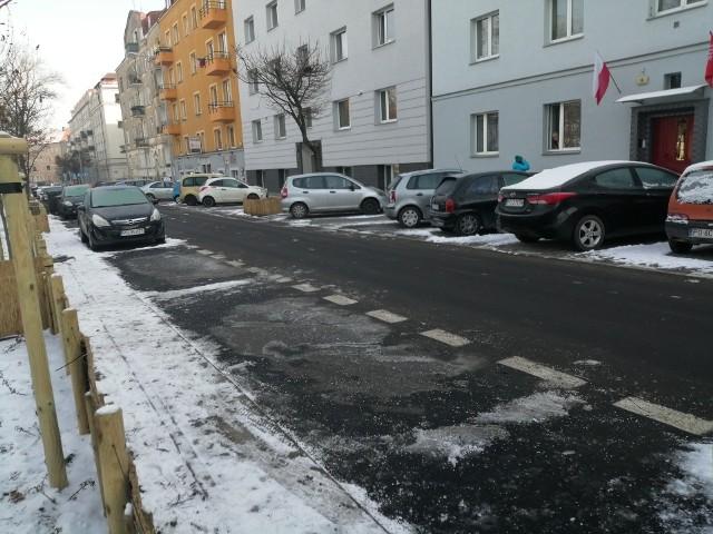 Strefa Parkowania na Łazarzu i Wildzie działa już tydzień - na ulicach nią objętych w ciągu dnia jest sporo wolnych miejsc parkowania