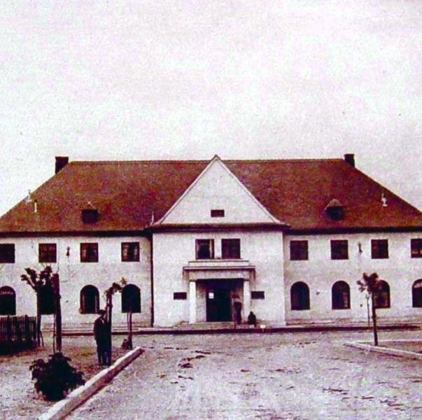 Tak wyglądał dworzec kolejowy w Łomży. Po wojnie już go nie odbudowano. Zastąpiły go brzydkie drewniane baraki.