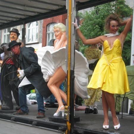 Pierwszy raz w paradzie, otwierającej w piątek święto miasta, wzięły udział... figury ogrodowe, wypożyczone przez jednego z producentów. Na platformie ciężarówki towarzyszyli im aktorzy Teatru Terminus A Quo.