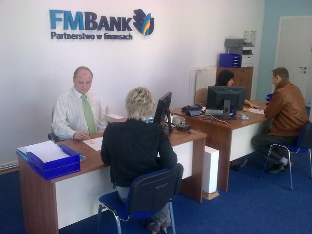 W sali operacyjnej FM Banku pracownicy placówki oferują nowoczesne usługi właścicielom małych firm.