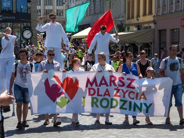 """W Bydgoszczy zorganizowano ósmy Marsz dla Życia i Rodziny. W tym roku hasło bydgoskiego marszu brzmiało """"Wiara+Nadzieja+Miłość=Rodzina"""". Marsz rozpoczął się przed bydgoską katedrą a zakończył się na placu przed Bazyliką św. Wincentego a Paulo. Wydarzeniu towarzyszył piknik rodzinny, pokaz zumby, gra terenowa i inne atrakcje. W niedzielę, 9 marca, podobne marsze zorganizowano w innych polskich miastach.więcej zdjęć z marszu >>>Czy bydgoskie szkoły są bezpieczne?"""