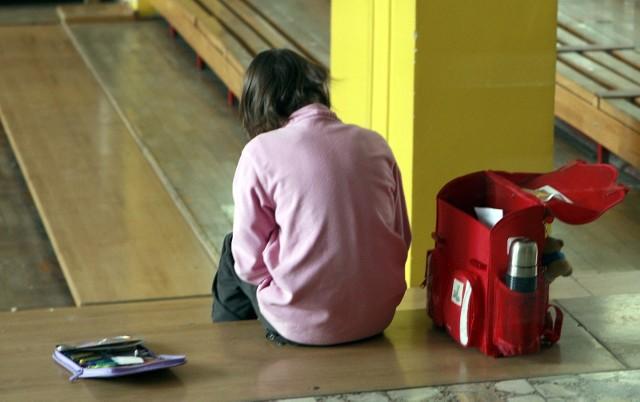Samotność wśród rówieśników, zły kontakt z rodzicami - to jedne z przyczyn, które popychają dziecko do ucieczki z domu.