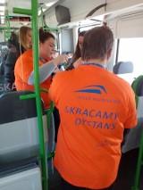 Osoby z zespołem Downa pomagały kierownikom pociągów Kolei Małopolskich sprawdzać bilety