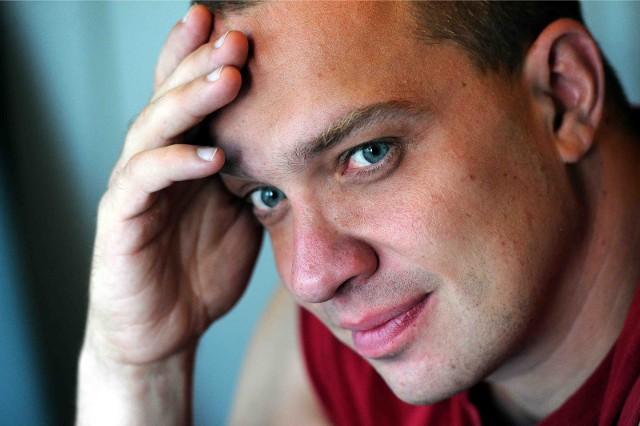 Łukasz Orbitowski: Półka z książkami dobrze wygląda, człowiek na jej tle jawi się mądrzejszy, a towarzyszy temu sugestia, że wszystkie przeczytał