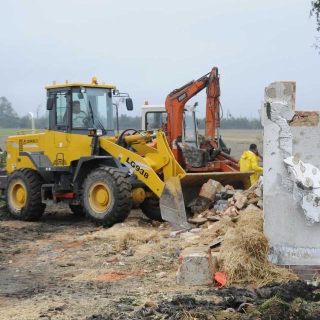 Ciężki sprzęt porządkuje teren w Sieroniowicach.