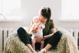 10 najlepszych tekstów o byciu mamą. Śmieszne cytaty, które idealnie podsumowują rodzicielstwo. Te teksty Cię na pewno rozbawią!