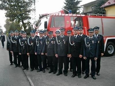 Kuniccy strażacy przy swoim nowym samochodzie Fot. Barbara Ciryt
