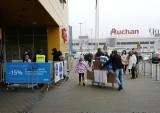 Kraków. Wielkie zakupy w Ikei i Castoramie przed świętami. Krakowianie kupują meble, drewniane podłogi i choinki [12.12.2020]