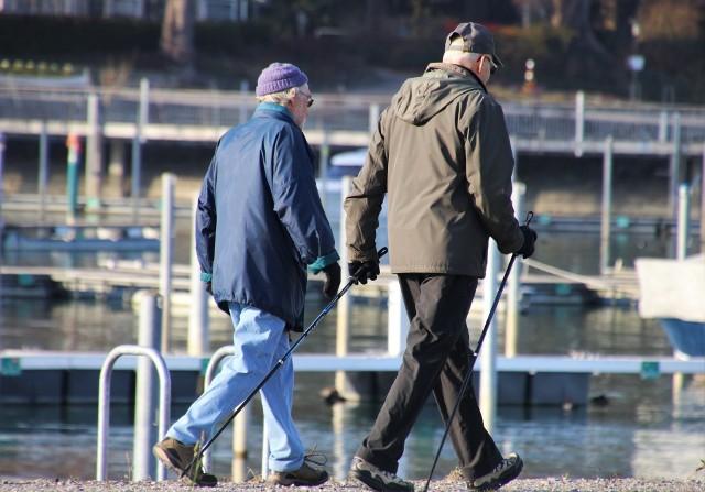 Jaka będzie waloryzacja emerytur w 2022 roku? Według wstępnych informacji, podwyżki dla seniorów w przyszłym roku nie będą wysokie. Wszystko przez inflację i rosnące koszty życia. Ile mogą zyskać emeryci? Szczegóły na kolejnych stronach ---->