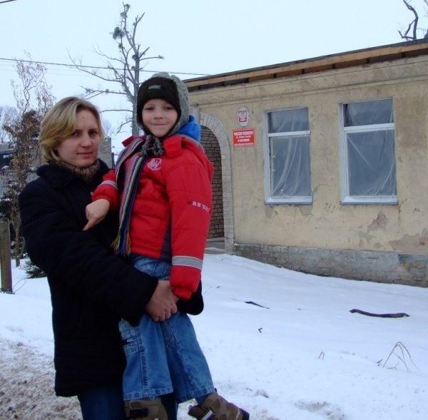 Agnieszka Kalisz wraz z synem Szymonem cieszą się, że przedszkole będzie odbudowane. - To miejsce zawsze tętniło życiem - mówi pani Agnieszka.