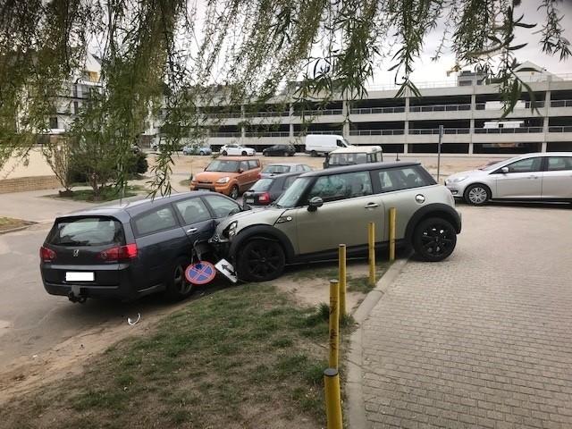 Mieszkańcy ulicy Karpiej na poznańskich Naramowicach byli zdziwieni widokiem, który zastali w czwartek na parkingu pod swoim blokiem. Jak doszło do tej niecodziennej sytuacji? Przejdź dalej i sprawdź szczegóły --->