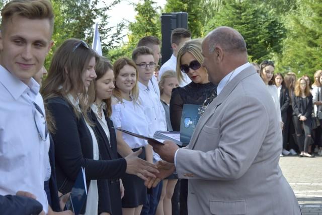Zakończenie roku szkolnego w Zespole Szkół ner 3 w Skierniewicach odbyło się na placu przed szkołą. To wyjątek wśród skierniewickich szkół. Poza nagrodami za różnorodne osiągnięcia, uczniowie otrzymali również słodycze.
