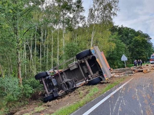 W środę, 7 października po godz. 12.00 doszło do wypadku na terenie gminy Gubin. Na drodze krajowej nr 32, na wysokości miejscowości Pleśno przewróciła się ciężarówka z drewnem.