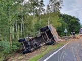 Kraksa koło Gubina. Przewróciła się ciężarówka przewożąca drewno. Na drodze wprowadzono ruch wahadłowy