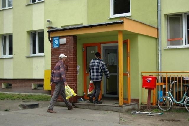 Mieszkanie w bloku przy ul. Modrzejewskiej sami mieszkańcy nazywają horrorem. Głównie za sprawą awanturujących się sąsiadów.