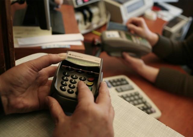 W przypadku korzystania z karty kredytowej za granicą największym problemem była konieczność uregulowania dodatkowych kosztów związanych z przewalutowaniem transakcji.