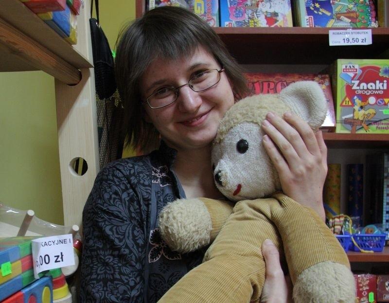 Anna Nowak z misiem z lat dzieciństwa.