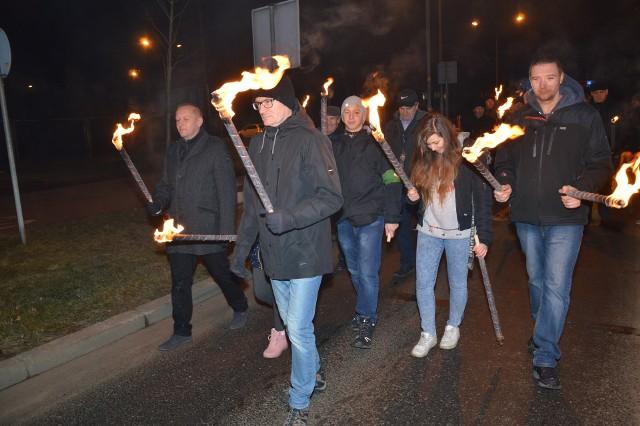 """Uroczystość rozpoczęła się przy krzyżu przy bramie numer 3 huty, z udziałem sześciu pocztów sztandarowych, między innymi z machowskiego """"Siarkopolu"""""""