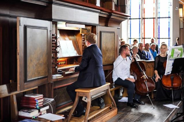 W inauguracyjnym koncercie przed publicznością wystąpili: organy - Zbigniew Gach i dwie wiolonczele - Piotr i Alicja Gachowie