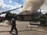 Pożar w przychodni Medyk w Praszce. Ogień gasi 12 zastępów strażackich [zdjęcia]