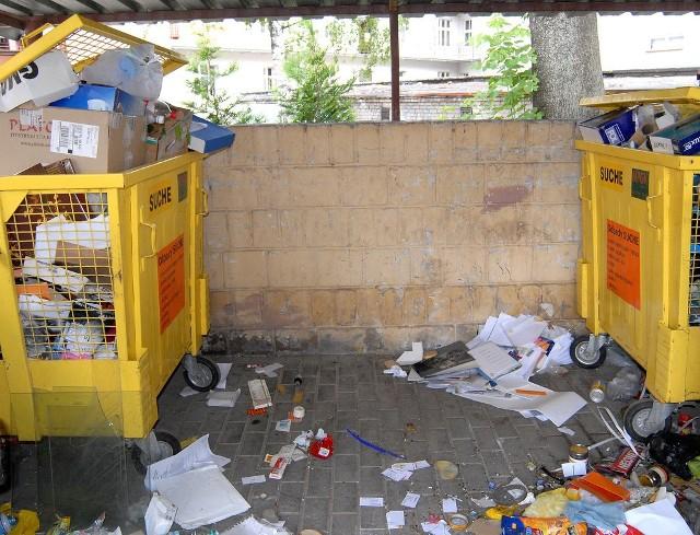 Czy po podwyżce opłat za śmieci nadal będą nas straszyć takie przepełnione pojemniki jak przy ul. Chodkiewicza w Rzeszowie?