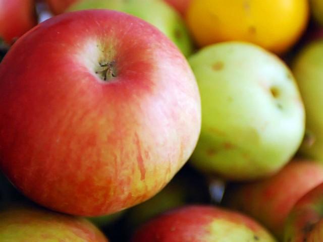 - Jabłka pokroić w kostkę, zalać wrzątkiem i zostawić do ostygnięcia - radzi autorka przepisu.