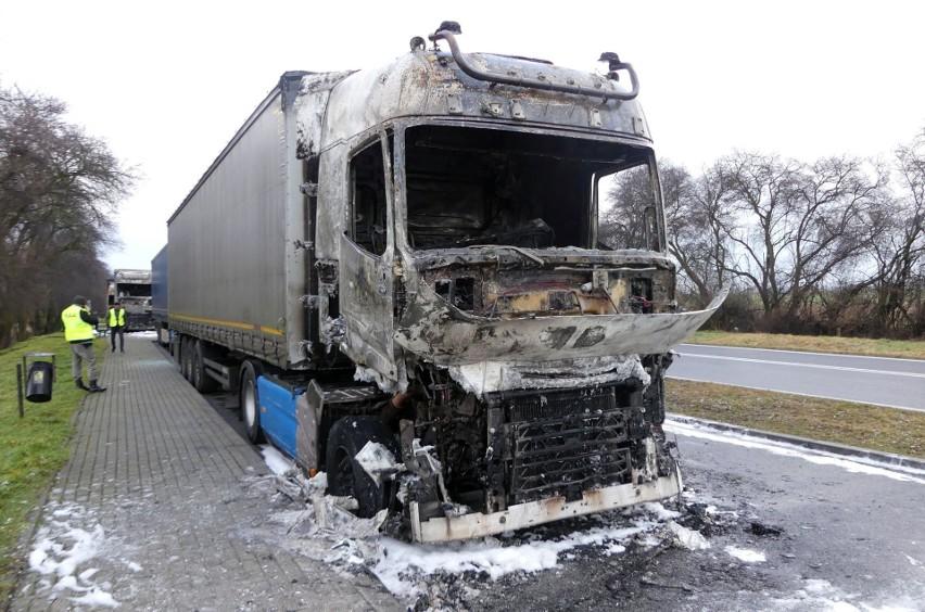 """Pożar ciężarówek pod Prudnikiem. Na parkingu spłonęło kilka samochodów. Policja: """"To było podpalenie"""". Poszukiwani świadkowie"""