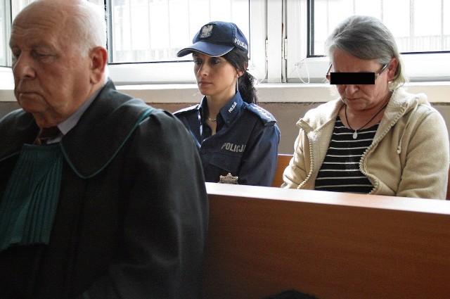 Oskarżona Teresa J. w asyście policji na sali rozpraw krakowskiego sądu. Kobieta przyznaje się do winy i zabójstwa mieszkanki Zawoi. Grozi jej kara dożywocia.