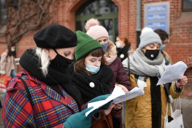 Od końca października 2020 roku w Polsce trwają protesty antyrządowe. W Toruniu demonstracje odbywają się przeważnie raz w tygodniu, za każdym razem z jakiejś okazji. Tydzień temu była to 39. rocznica wprowadzenia stanu wojennego, wcześniej alternatywne obchody urodzin Radia Maryja. W sobotę 19 grudnia protestujący postanowili kolędować.