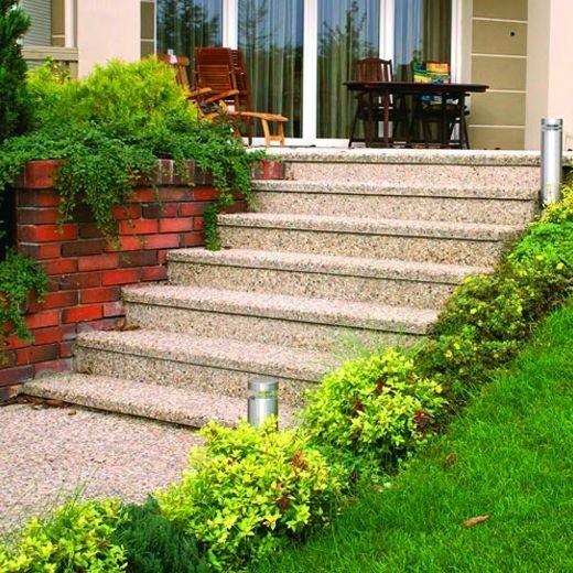 Kamienne schody płynnie łączą strefę wejścia z ogrodem