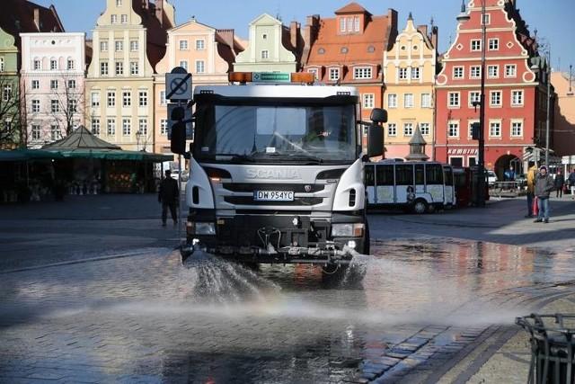 Od jutra zaczynaną obowiązywać nowe umowy dotyczące całorocznego utrzymania czystości oraz porządku w gminie Wrocław. Zostały one podpisane na 2 lata. Do prac ma być wykorzystywanych więcej samochodów elektrycznych i napędzanych gazem ziemnym, niż dotychczas. O Stare Miasto i Krzyki zadbają firmy FBSerwis Wrocław Sp. Z o.o. oraz FBSerwis S.A., zaś o Śródmieście, Fabryczną i Psie-Pole - Wrocławskie Przedsiębiorstwo Oczyszczania ALBA S.A.  Na ulicach pojawią się także nowe kosze na śmieci.