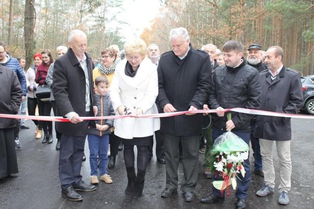 W oficjalnym otwarciu drogi uczestniczyło kilkunastu mieszkańców gminy Łopuszno