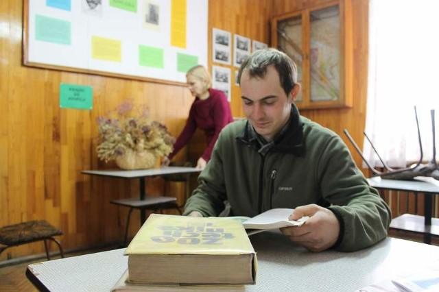 - Prowadzę gospodarstwo rolne, a nauczyciele bardzo pomagają mi w łączeniu nauki i pracy - chwali szkołę w Żłobiźnie Paweł Bider. Takich uczniów jak on z każdym rokiem jednak ubywało.