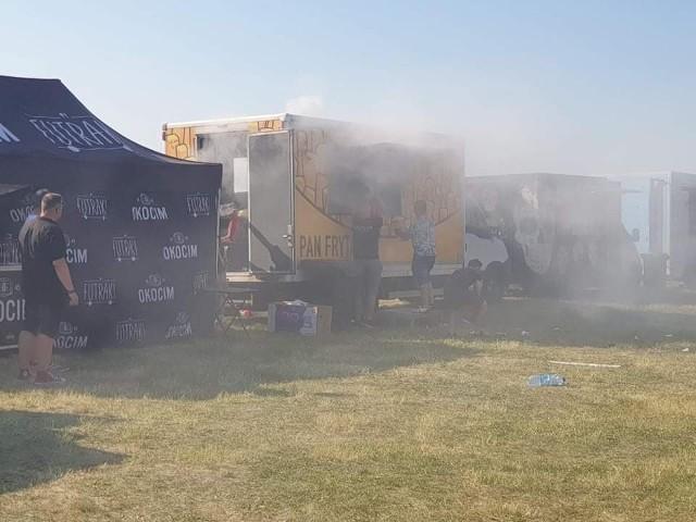 Wybuch i pożar w food trucku w Grudziądzu. Jedna osoba została poważnie poparzona