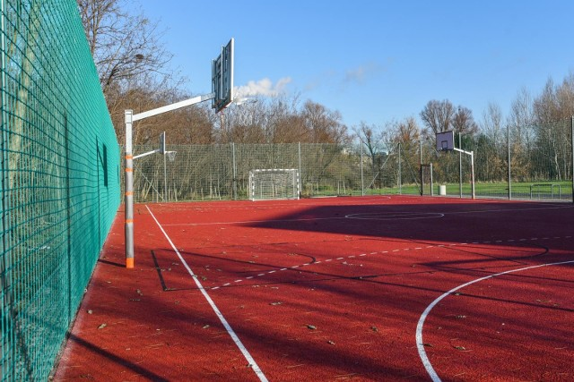 W Poznaniu - w związku z koronawirusem - zamknięte zostały miejskie boiska, place zabaw oraz siłownie.