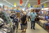 Czy sklepy czynne w niedziele płacą za to dodatkowo pracownikom? Sprawdziliśmy!