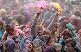 Festiwal Kolorów 2018 w Łodzi. Łodzianie obrzucali się kolorowymi proszkami na Łódzkich Błoniach [ZDJĘCIA]