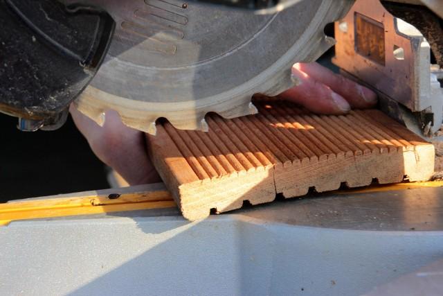 Elementy napędowe maszyny stolarskiej, na której pracę na własne potrzeby wykonywał mężczyzna, wciągnęły jego rękę.