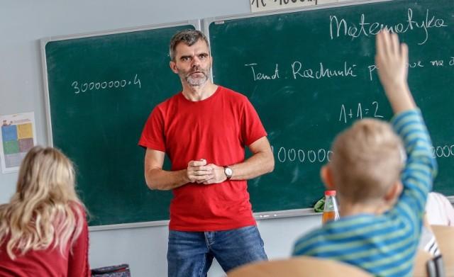 Od poniedziałku na dwa tygodnie zamknięte zostaną wszystkie żłobki, przedszkola, szkoły i uczelnie wyższe w Polsce. Dla uczniów nie będą odbywały się także zajęcia wychowawczo-opiekuńcze na świetlicach. Pojawiają się pytania, czy w związku z zawieszeniem zajęć, nauczyciele otrzymają wypłaty.
