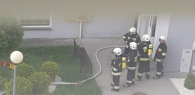 Pożar wybuchł w poniedziałek po godz. 17 w mieszkaniu na drugim piętrze przy ul. Skarbowskiego w Jarosławiu.Za wstępną przyczynę pożaru ustalono nieostrożność osób nieletnich przy posługiwaniu się ogniem. Doszło do przypadkowego zapalenia się kuli klejonej z zapałek. Ogień szybko przeniósł się na meble i inne sprzęty w mieszkaniu. W pożarze nikt nie ucierpiał. Mieszkańcy zarówno tego jak i innych, sąsiednich mieszkań w bloku szybko je opuścili. Oficer prasowy Komendanta Powiatowego PSP w Jarosławiu mł. bryg. Waldemar Czernysz poinformował nas, że łącznie w akcji brało udział 6 zastępów. Akcja trwała 2 godziny.