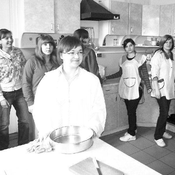 Zespół Szkół w Dobrzyniu nad Wisłą -  gospodarz sympozjum - dobrze przygotował  się do spotkania. Na zdjęciu: uczennice  Technikum Żywienia w szkolnej kuchni.